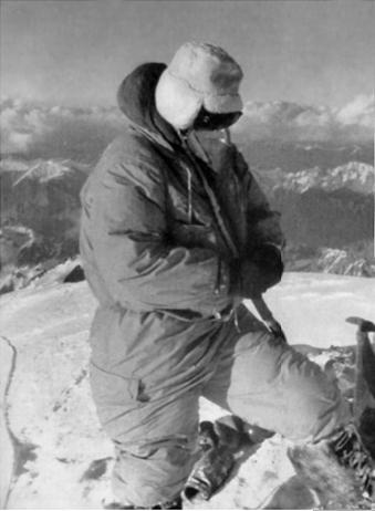 Achille Compagnoni på toppen af K2 i 1954. Billedet er taget af Lino Lacedelli, wiki.