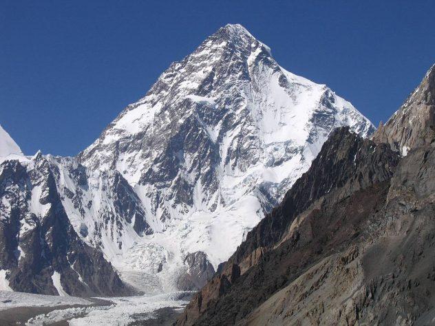 K2 ligger i udkanten af Himalaye og er ofte plaget af dårligt vejr. Bjergets diamantform og vertikale sider gør det særligt svært at bestige.