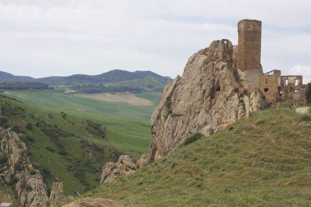 Fra slottet Pietratagliata har man udsigt til den dybe dal mellem Aidone og Raddusa.