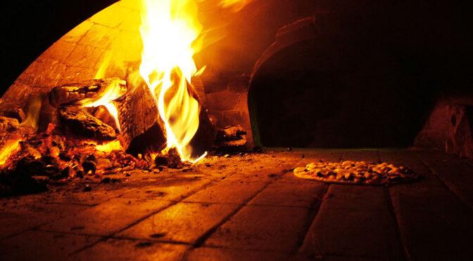 Pizza og pizzo i Via Tribunali: Bagerne i Napolis pizzagade bryder tavsheden om børne-mafiabanderne der 'afpresser dem som citroner'