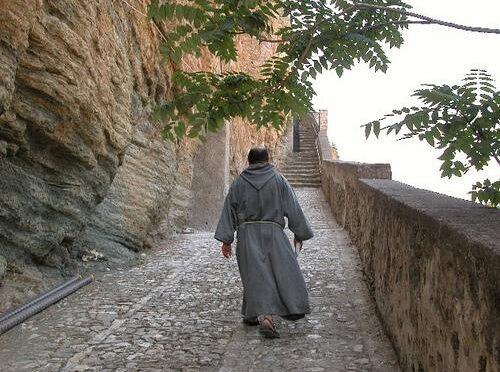 Franciskanermunke i Napolis og Siciliens udkant bor i togvogne og har dedikeret deres liv til Syditaliens fattige